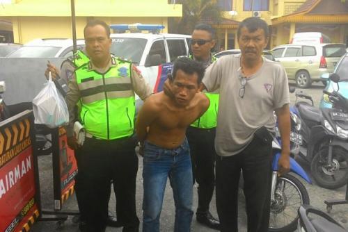 perok duel dengan polisi uang berserakan di jalan